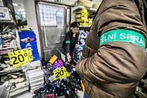 Kontrola celníků v jednom ze svitavských obchodů. Zabavovala se obuv za bezmála 300 000 korun.