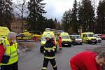 Na místě výbuchu zasahovaly tři vrtulníky záchranné služby a jeden policejní.
