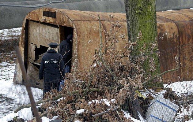 Dva mrtvé bezdomovce v Pardubicích našli strážníci. Přespávali ve staré plechové garáži