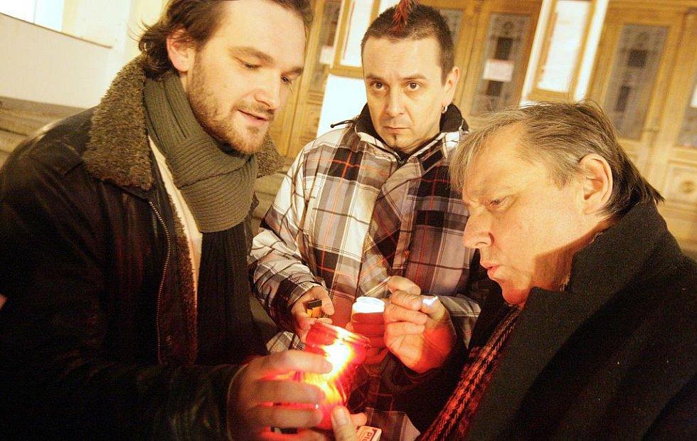 Pardubičtí se spontánně loučili se zesnulým Václavem Havlem na schodech pardubického divadla. Na snímu Tomáš Novotný, Jiří Ševčík a Petr Dohnal.