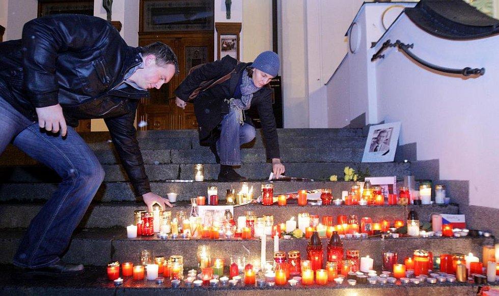 Pardubičtí se spontánně loučili se zesnulým Václavem Havlem na schodech pardubického divadla.