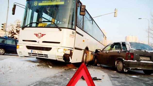 U Anenské se střetl autobus s osobním vozem