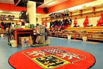 PROMĚNA. Kabinu pardubických hokejistů využívají čeští reprezentanti, k výzdobě tradičně patří i státní znak.