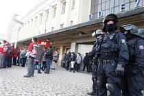 Na úterní hokejové utkání mezi Hradcem a Pardubicemi museli opět dohlížet policejní těžkooděnci.