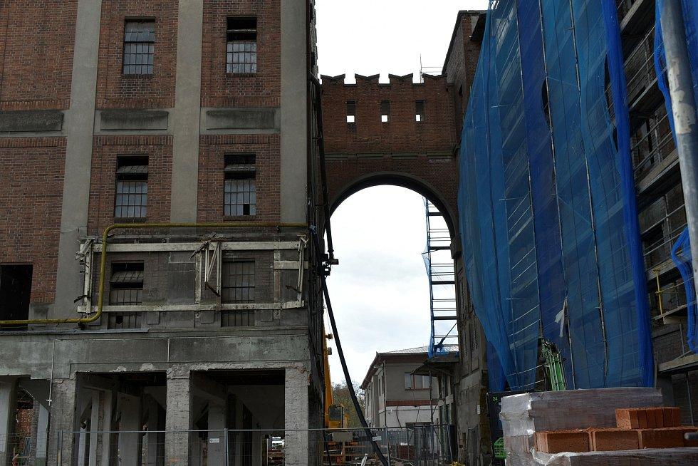 Areál Automatických mlýnů se mění před očima. Lešení přibývá a zase mizí, kolem se točí jeřáby a pobíhají dělníci. V hlavní budově vzniká krajská galerie.