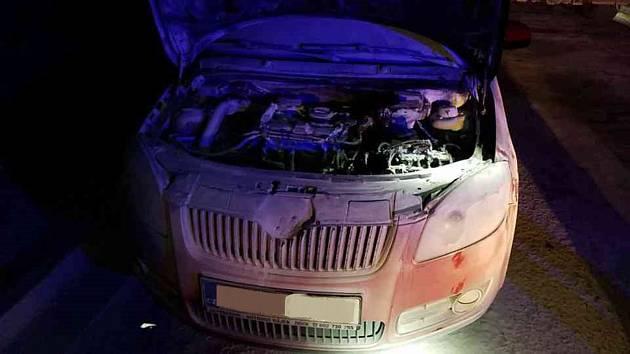 Pohotová řidička uhasila hořící auto před příjezdem hasičů.