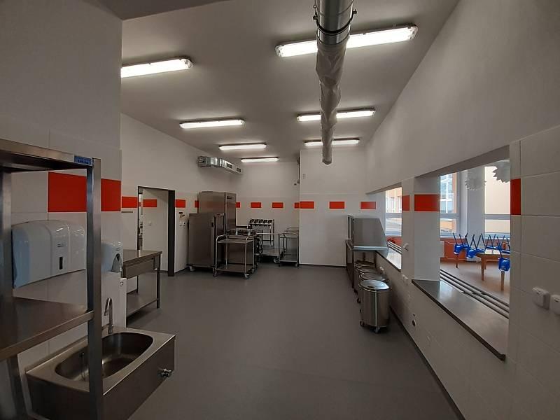Interiér nové kuchyně v základní škole.