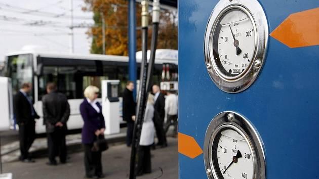 Plynové autobusy ušetří pardubickému dopravnímu podniku asi padesát procent nákladů na palivo. Provozní problémy s nimi zatím v Pardubicích nejsou.