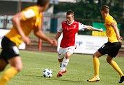 Utkání Fotbalové národní ligy mezi FK Pardubice (ve červenobílém) a FK Baník Sokolov (ve žlutočerném) na hřišti pod Vinicí v Pardubicích.