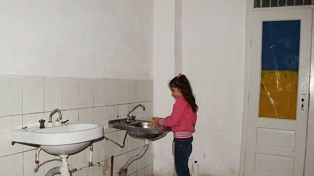 V koločavské škole panují tristní hygienické podmínky. Přesvědčila se o tom i delegace Pardubického kraje.