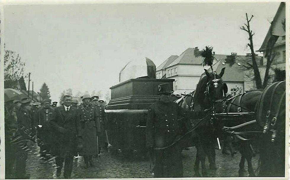 Pohřeb Františka Udržala v Dolní Rovni.