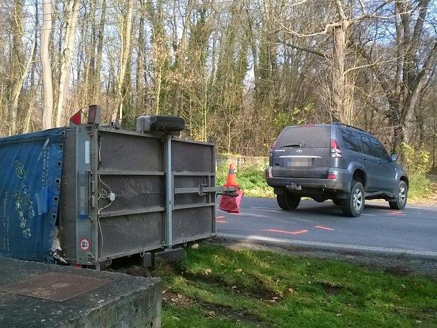 Přívěs po nehodě skončil  na boku a spolu s autem zahradil silnici.