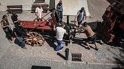 Repliky děl z 16. století se stěhovaly na valy pardubického zámku. Jen s jejich přemístěním už nepomáhal zvířecí potah, ale traktor.