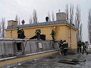 Likvidace následků vichřice na střeše KD Holice v roce 2004