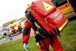 Spolujezde v kritickém stavu transportoval do nemocnice vrtulník.