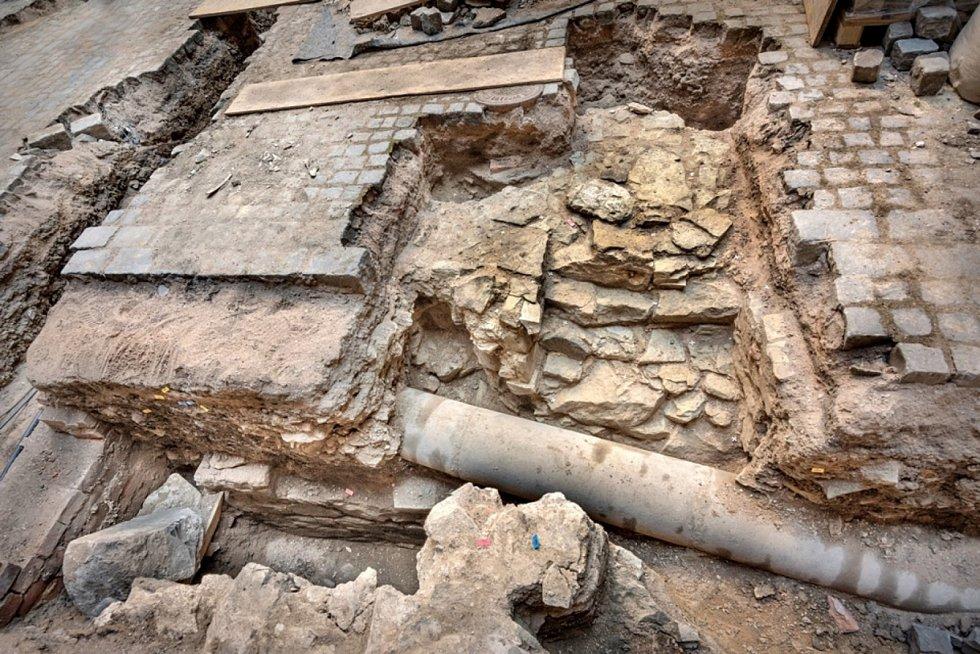 Opuková zeď hradu ze 14. století.