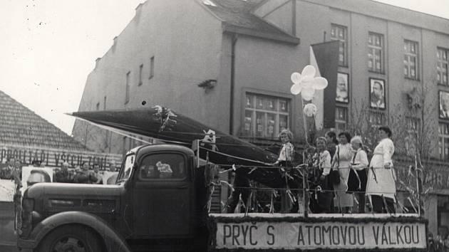 Prvomájové oslavy v Holicích, rok 1959.