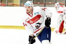 Hokejový obránce Jan Látal je na své druhé zkoušce v Pardubicích.