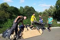 Dobrovolníci uklidili přírodu v centru města Pardubic. Uklízelo se nedaleko hlavního pardubického nádraží za nákupní zónou. Za necelé dvě hodiny se podařilo sebrat 161 kilogramů odpadu.
