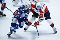 Hokejové utkání Generali Česká Cup v ledním hokeji mezi HC Dynamo Pardubice (v bíločerveném) a HC Kometa Brno (v modrobílém) v pardubické enterie areně.
