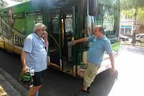 Dveře porouchaného autobusu museli nakonec otevřít násilím.