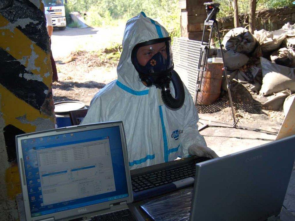 Pracovníci Dekonty pokračují v likvidaci chemikálií ve Chvaleticích