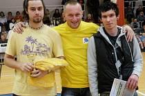 Úspěšné stolní tenisty reprezentovali na vyhlášení –  zleva Miroslav Zajíček, René Koubek a  Michal Jelínek.  O tento sport je na Holicku velký zájem.