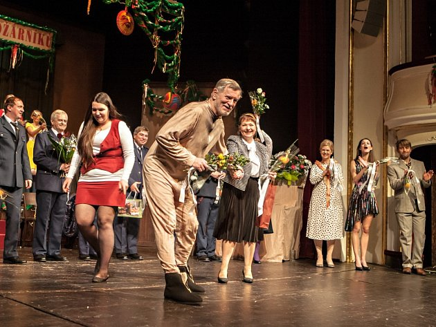 Premiéra hry Východočeského divadla Pardubice Hoří, má panenko! Na poslední chvíli musel na jeviště zaskočit i sám režisér Petr Novotný.