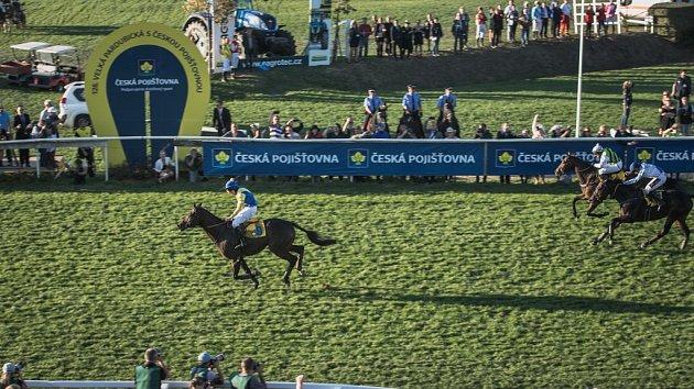 Vítěz 128. Velké pardubické v cíli. Jan Faltejsek a kůň Tzigane du Berlais.