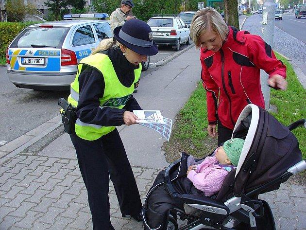 Policisté na přechodech radili chodcům