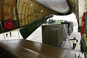 """Kontejnery s nákladem si letoun umí dovnitř nebo ven """"podávat sám"""". Na stropě nákladové paluby jsou dva jeřáby s nosností 20 tun."""