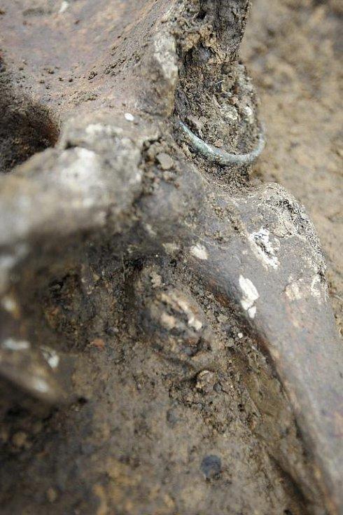 Bronzový náramek pohřbeného muže