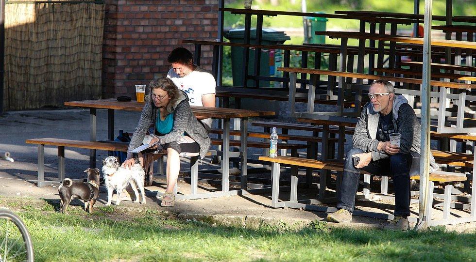 Někteří už v pondělí seděli na zahrádkách restaurací, přestože rozvolnění má přijít až v dalších dnech.