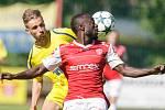 Utkání Fobalové národní ligy mezi FK Pardubice (ve červenobílém) a  FK Varnsdorf  (ve žlutém) na hřišti pod Vinicí v Pardubicích.