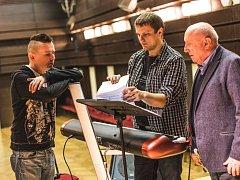 Zpěvák Jiří Ševčík a muzikant Radek Škeřík, se v pardubickém Kulturním domě Dubina připravují společně s vzácným hostem Felixem Slováčkem na galavečer v Sukově síni Domu hudby.
