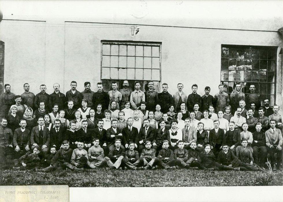 Zaměstnanci firmy Telegrafia v jejích počátcích, 1920 Foto: Východočeské muzeum v Pardubicích