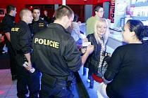 Policejní hlídky hledaly v barech podnapilou mládež
