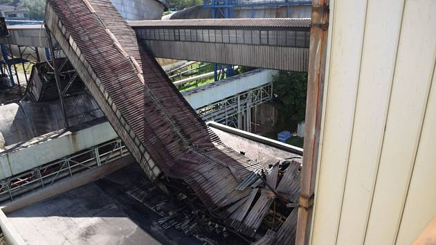 Nové snímky hasičů ukazují rozsah poškození chvaletické elektrárny po úterním požáru. Zřícený zauhlovací most poškodil i další zařízení elektrárny.