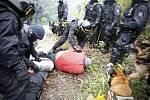 Mezinárodní cvičení pořádkových jednotek v Pardubicích. Poskládat demonstranty a roztřídit.