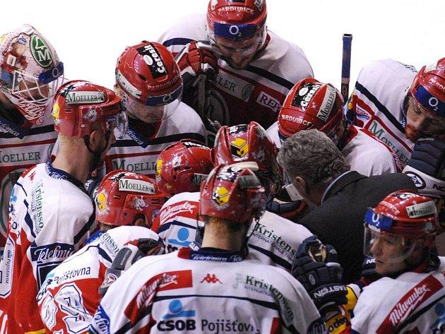 Pardubičtí hokejisté se radí s trenérem Říhou.