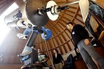 V KOPULI PARDUBICKÉ Hvězdárny barona Artura Krause si mohli návštěvníci prohlédnout třeba povrch Slunce. Na snímku je vedoucí hvězdárny Petr Komárek.