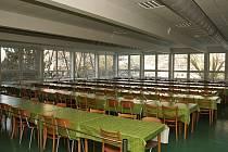 """Nově zrekonstruovanou jídelnu stále """"zdobí"""" židle z roku 1977"""