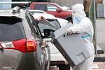V krajských volbách odvoleno. Lidé v karanténě hodili svůj hlas do urny skrz okénko v autě na parkovišti za pardubickou enteria arenou.
