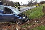 Řidič sjel ze silnice a naboural do mostku