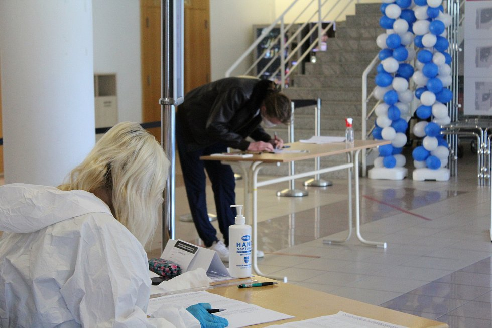 Na univerzitu se vrací k praktické, laboratorní, experimentální a umělecké výuce studenti posledních ročníků. Jednou z podmínek je nutný negativní test. Ten mohou získat v testovací centrum v předsálí univerzitní auly po předchozí rezervaci. Kapacita je 3