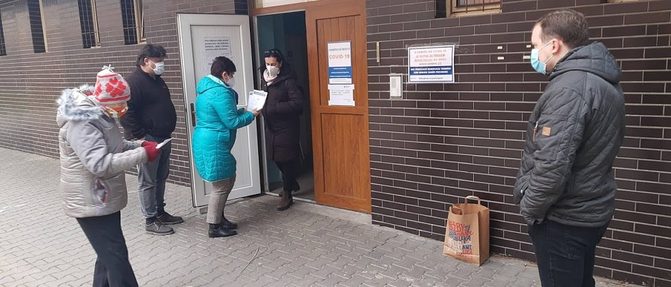 Lidé před odběrovým centrem v chrudimské nemocnici přebírají výsledky antigenních testů.