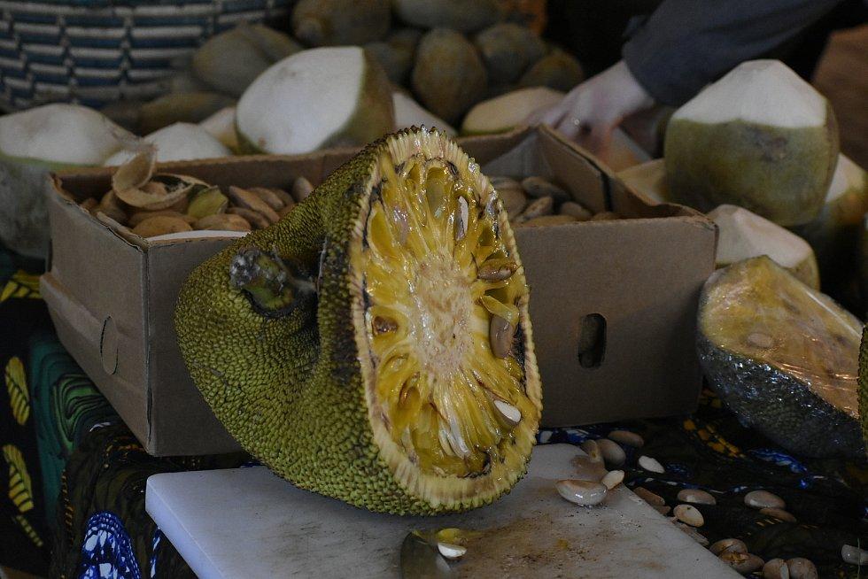 Tropické ovoce z Ugandy mohli lidé během soboty zakoupit na Afrických trzích v pardubických Automatických mlýnech.