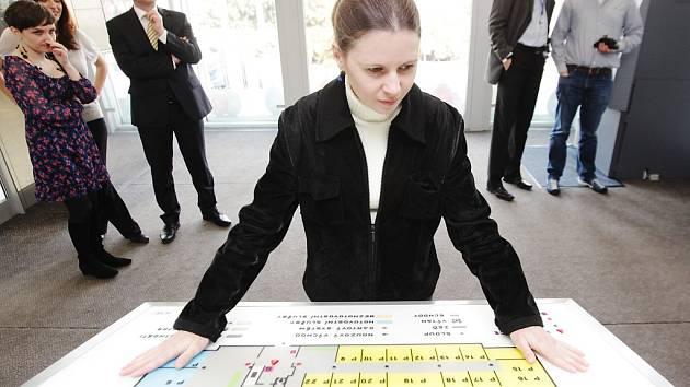 Česká spořitelna v Pardubicích představila navigační systém, který pomáhá zrakově postiženým.