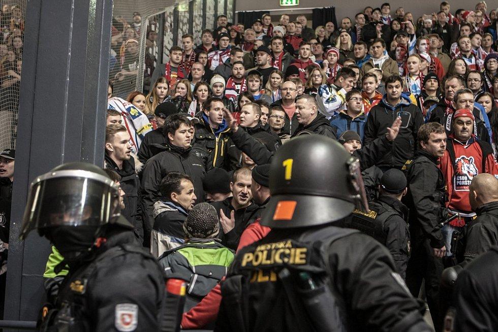 Invraze hradeckých fanoušků na Jižní tribunu se postarala o vzruch v první třetině.