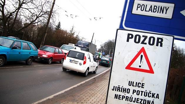 Donedávna tankodrom- ulice Poděbradská. Ve čtvrtek se zde do práce dali silničáři, což si nevyhnutelně vyžádalo kolony na obě strany